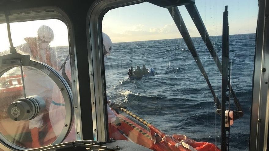 Rescatadas 64 personas, entre ellas una niña, que viajaban en dos pateras con mala mar en Alborán