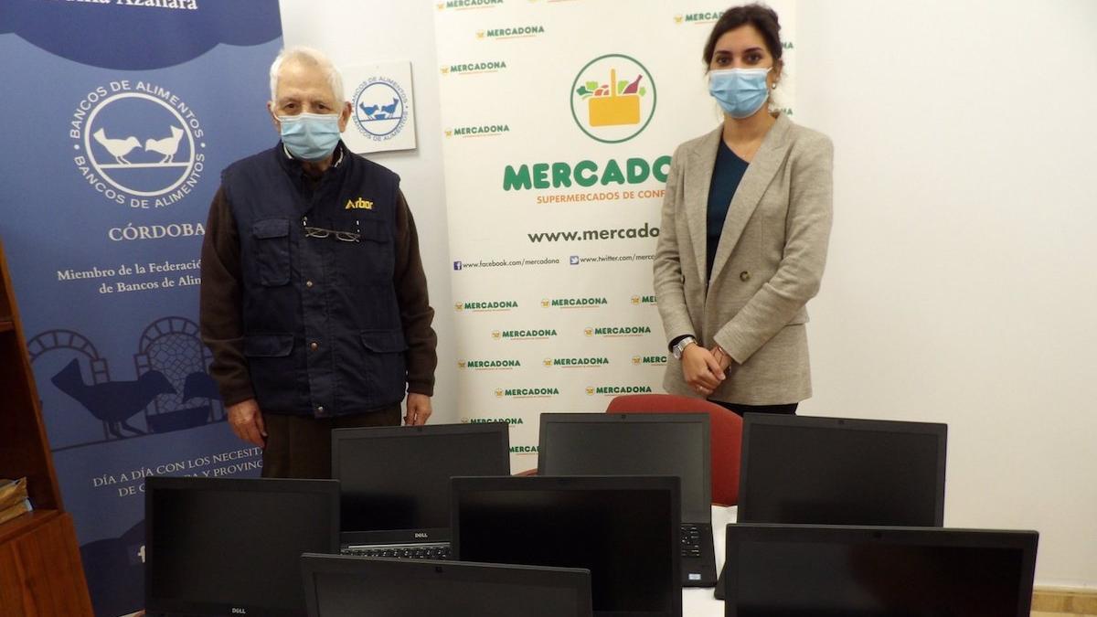 La directora de Responsabilidad Social de Mercadona en Andalucía, Laura Cruz, el presidente del Banco de Alimentos de Córdoba, Carlos Eslava, junto a los ordenadores donados.