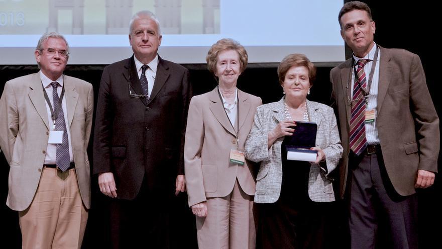 El presidente de la SEBBM (derecha) con algunos de los socios de honor que han firmado la carta
