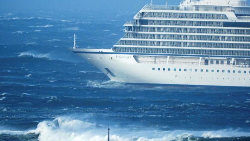 El crucero averiado en Noruega será remolcado mientras sigue la evacuación de pasaje