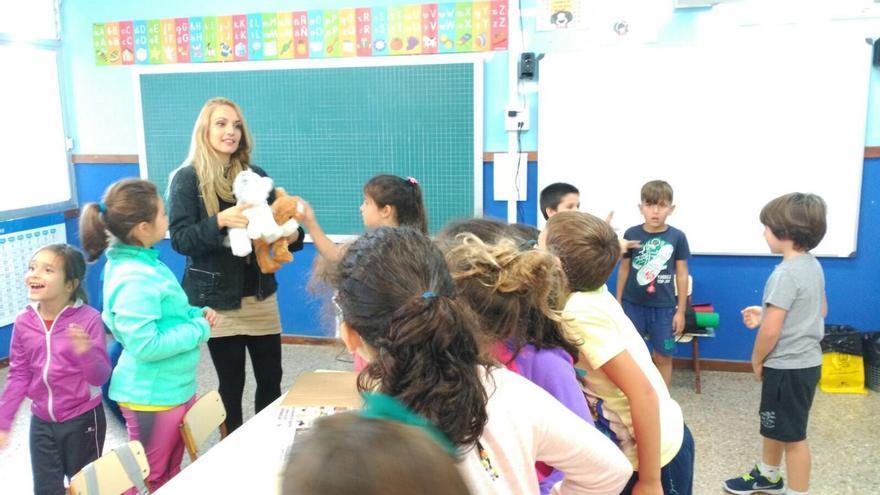 Paula Rey en un taller con escolares de Primaria.