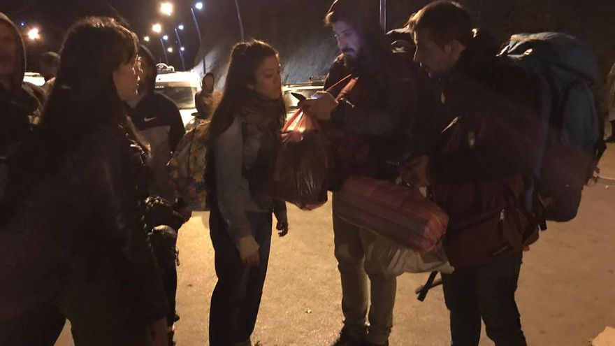 Unos mochileros españoles se encuentran la frontera cerrada y buscan la manera de volver a España.