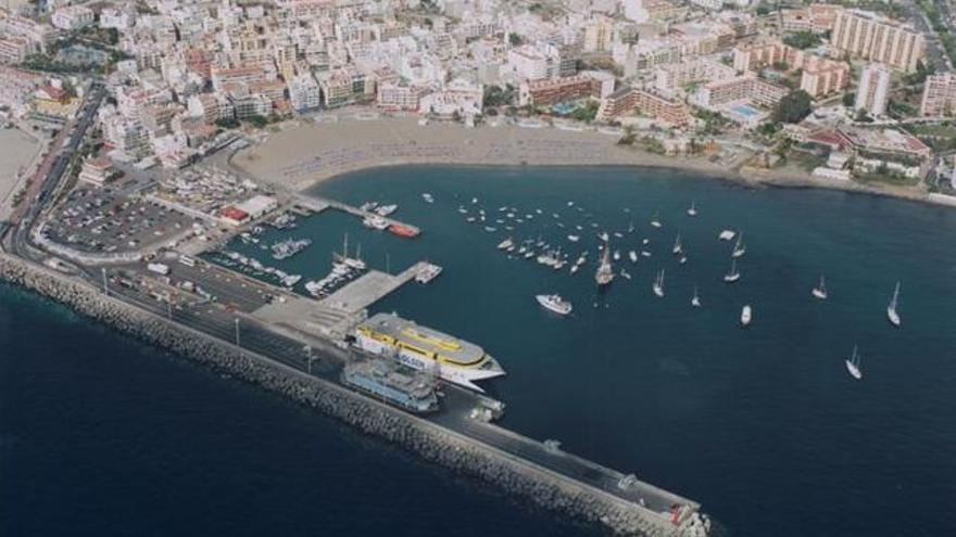 Puerto de Los Cristianos, en el sur de Tenerife, destino del barco interceptado