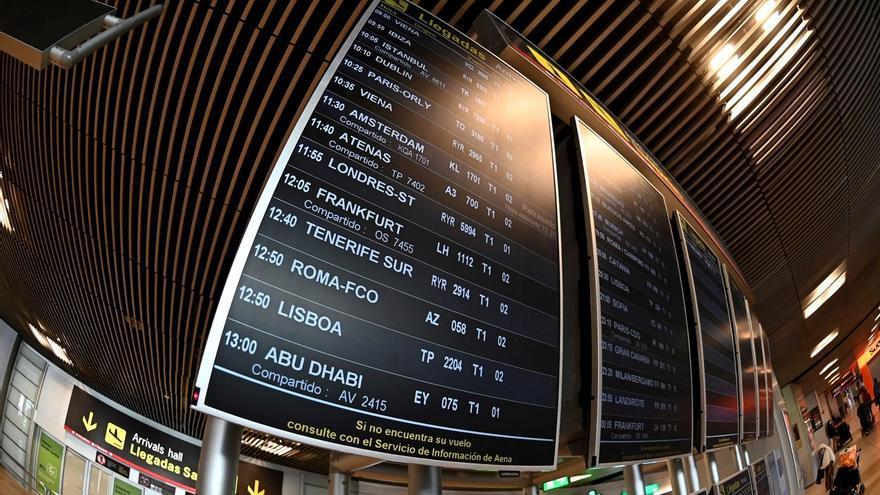 Vista de un panel en la T-1 del aeropuerto de Barajas, que comienza a operar este miércoles.