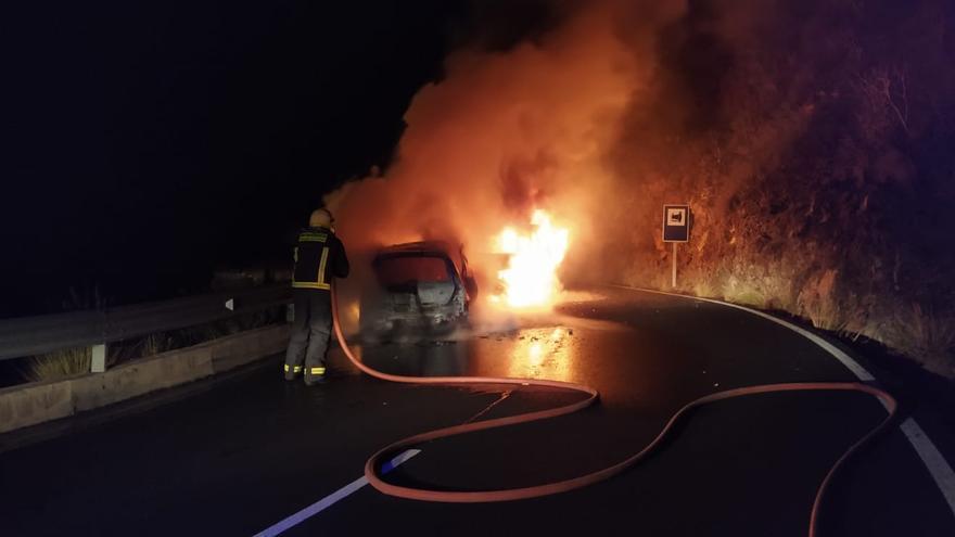 Otra imagen de la intervención de los bomberos en el accidentes en el tramo de El Time de la carretera LP-1.