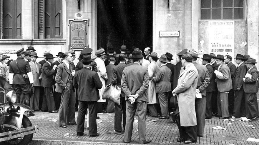 Emigrantes frente a la entrada principal del Centro Gallego, en los años 50