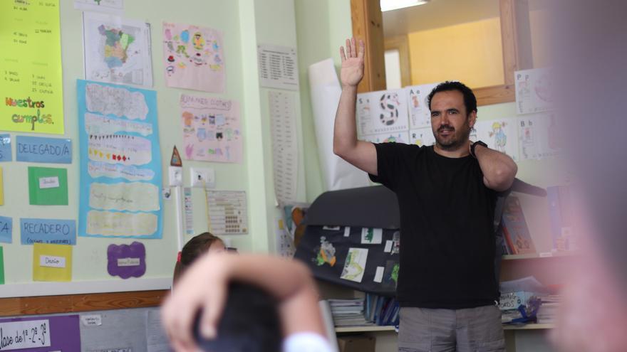 Juan Antonio Rodríguez, dando clase en su colegio de Alpartir