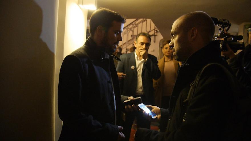 Alberto Garzón y su responsable de prensa Daniel Ayllón en un pasillo del teatro antes de entrar al escenario. Al fondo, Enrique Santiago
