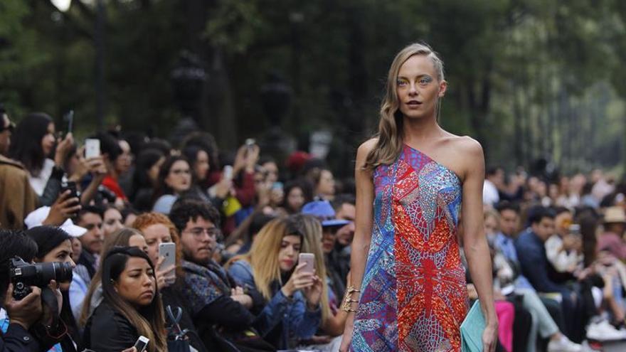 Estampados mexicanos colorean el Bosque de Chapultepec en la Fashion Week