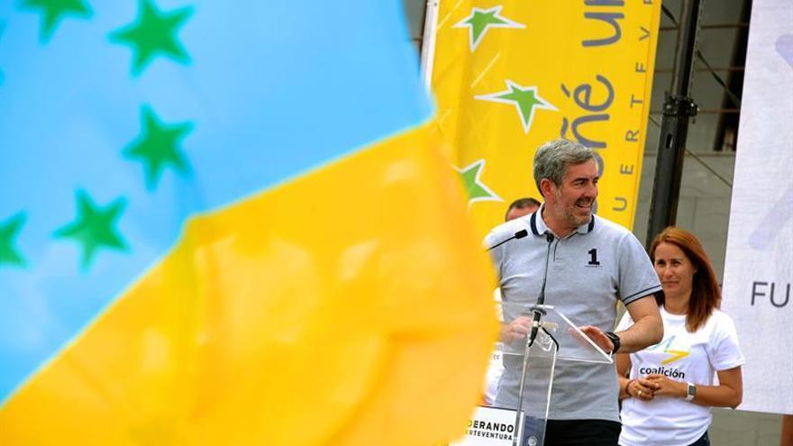 El candidato a la reelección por Coalición Canaria, Fernando Clavijo, durante un acto electoral en Corralejo. EFE/Carlos de Saá.