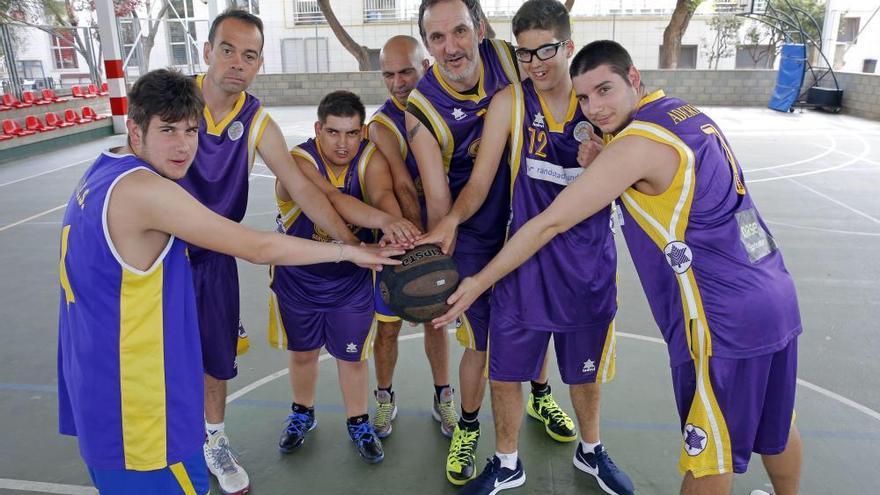 Algunos de los jugadores del equipo de baloncesto Aderes de Brujassot.