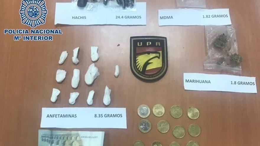 Detenidos dos jóvenes por vender droga en la puerta de una discoteca de Las Palmas de Gran Canaria.