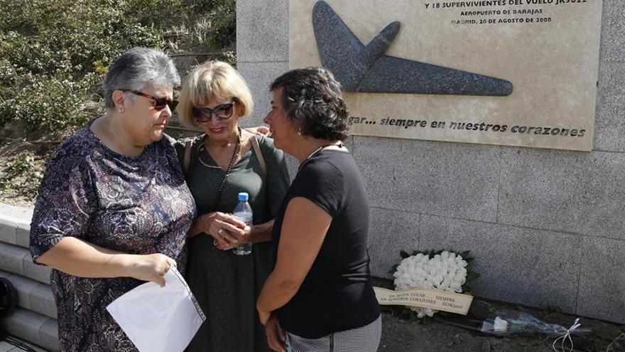 Pilar Vera (i) conversa con familiares de las víctimas, en el Parque Juan Carlos I de Madrid. EFE/Paco Campos
