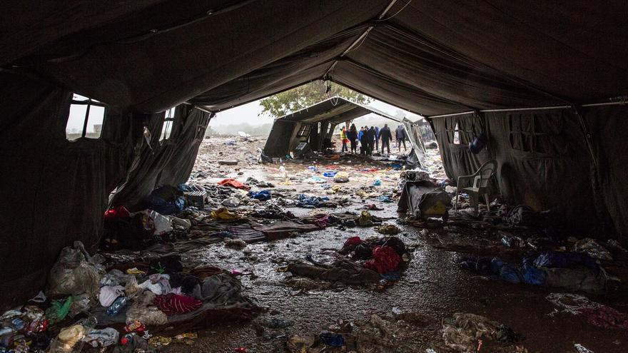 """""""La falta de servicios básicos tiene ya impacto en la salud y la situación se agravará a menos que se proporcionen rápidamente refugios apropiados, comida caliente y servicios higiénicos en los puntos de registro y de transporte. No podemos esperar a que ocurra una tragedia"""", Aurelie Ponthieu, asesora humanitaria de MSF.  Así quedó el punto de tránsito de Berkasovo-Bapska donde miles de personas pasaron horas sin apenas cobijo a la espera de la apertura de la frontera croata. Fotografía: Anna Surinyach/MSF"""