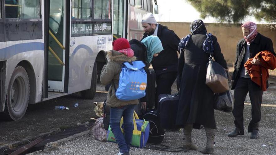 Los últimos autobuses con evacuados han salido del asedio de Alepo, según la TV siria