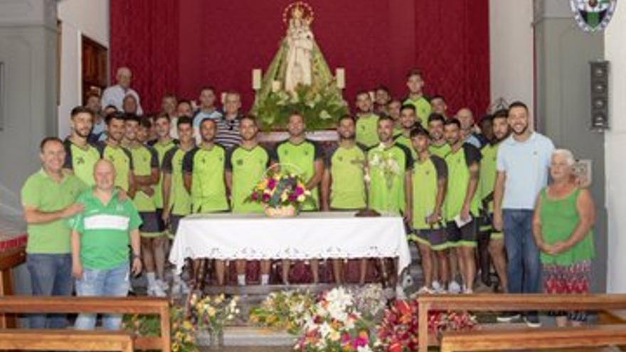Los jugadores palmeros, en la ofrenda a la Virgen del Pino