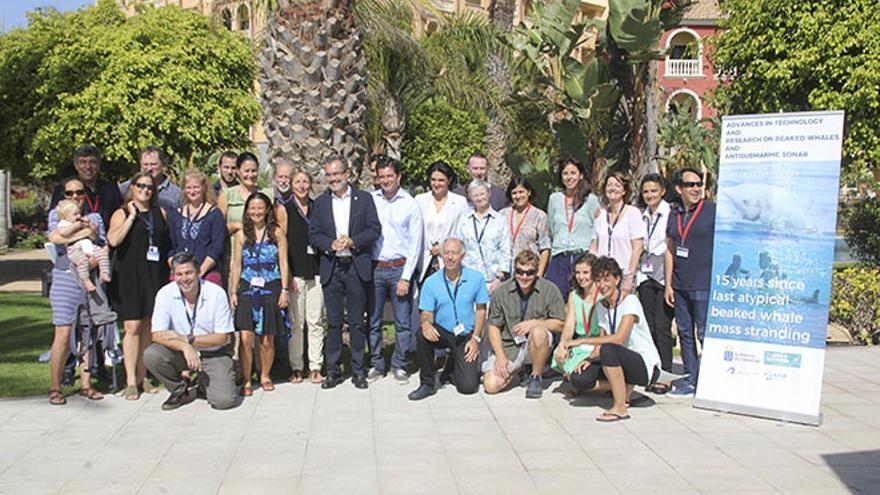 Foto de familia del congreso internacional sobre avances tecnológicos en los efectos del sónar submarino en los zifios