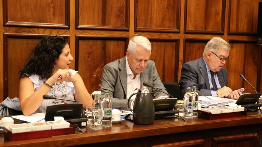 el portavoz de Unidos por Gran Canaria (UxGC), José Miguel Bravo de Laguna (d).