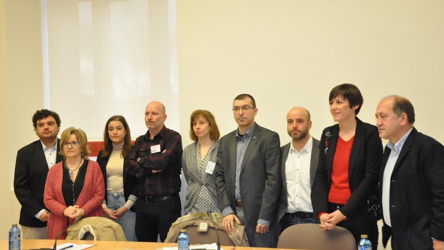 Manuel Pereira, Pilar Rodríguez y Eduardo Díaz, con miembros de En Marea, PSdeG y BNG