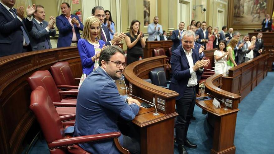 Los miembros del Parlamento de Canarias aplauden a Asier Antona (i) tras ser elegido senador autonómico.
