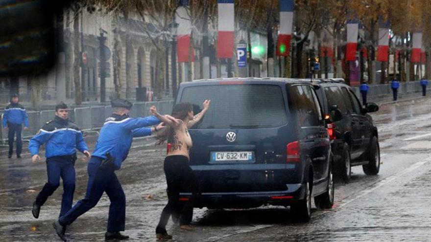 Una activista de Femen se abalanza sobre el coche de Trump en París