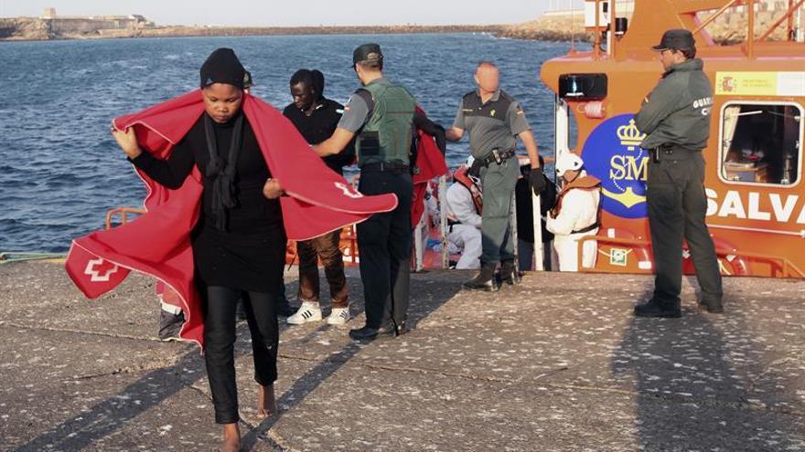 Rescatan a nueve inmigrantes en una patera en el estrecho de Gibraltar
