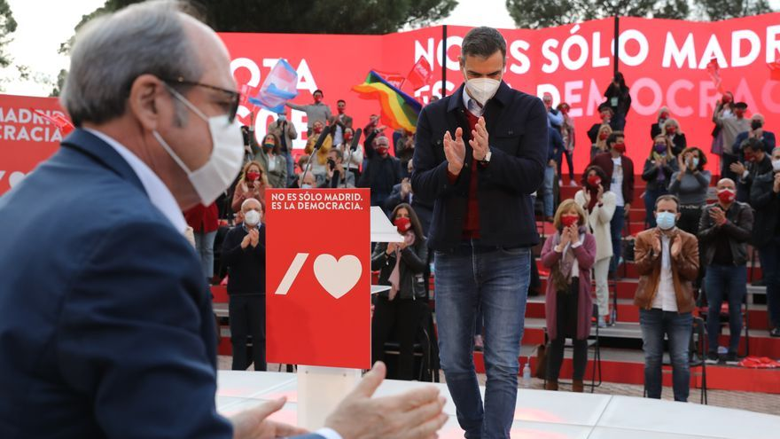 El candidato del PSOE a la Presidencia de la Comunidad de Madrid, Ángel Gabilondo (i) y el presidente del Gobierno, Pedro Sánchez (d) durante el último acto de campaña del partido