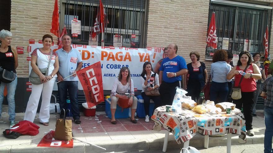 Antonia Ruíz (tercera por la derecha, de negro) y sus compañeros protestan delante de las oficinas de Ecomed en Murcia (Foto: CCOO).