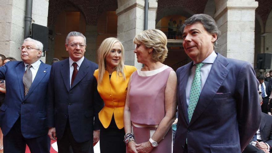 Los cuatro presidentes del PP en la Comunidad de Madrid junto al socialista Joaquín Leguina