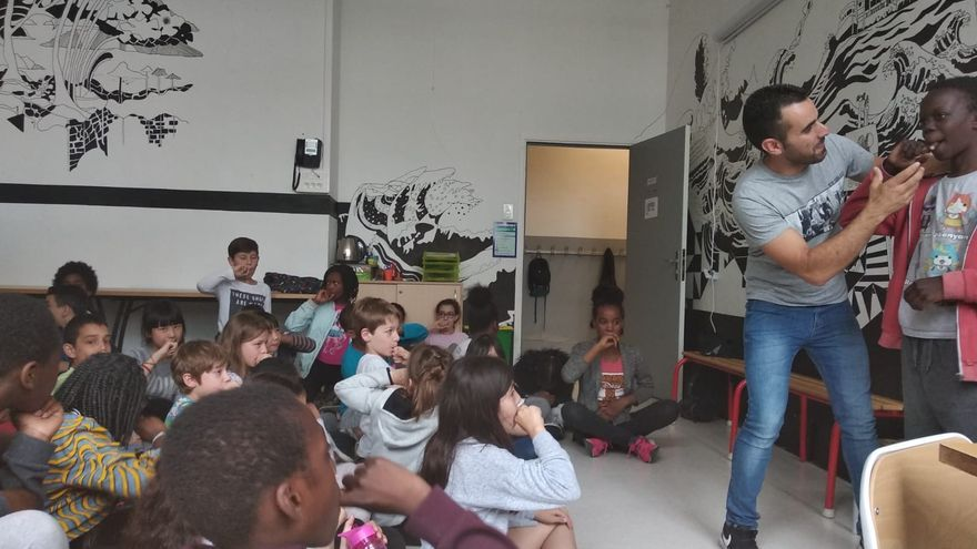El maestro silbador Juan Manuel Chinea enseña el silbo en la escuela elemental Pierre Budin de París