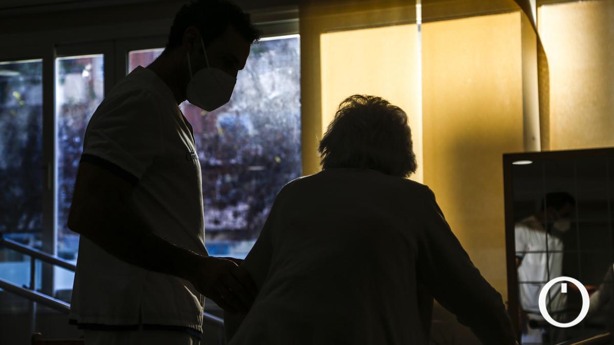 Un cuidador y una persona mayor en una de las residencias Orpea de Córdoba