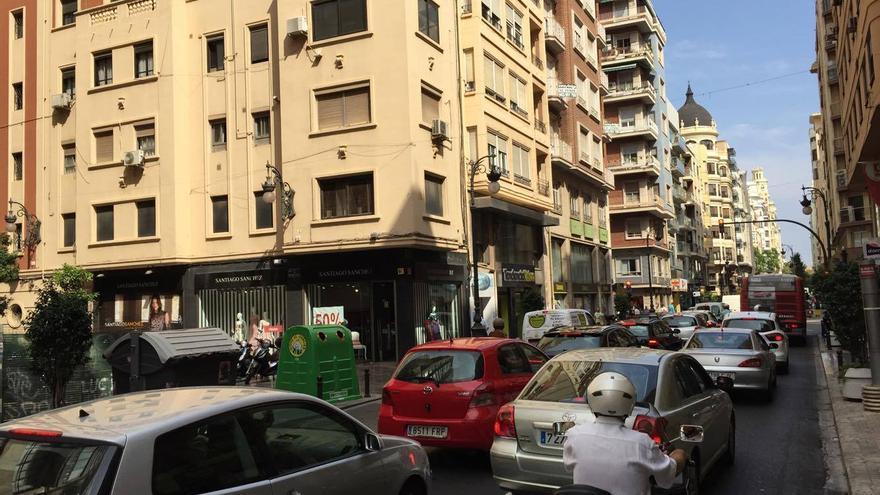 Atasco en la calle San Vicente como consecuencia del cierre al tráfico de la plaza del Ayuntamiento en el Día sin Coche
