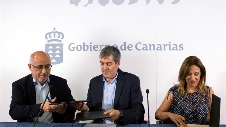 El presidente de Canarias, Fernando Clavijo, junto a la consejera de Hacienda, Rosa Dávila y el presidente del Cabildo de Gran Canaria, Antonio Morales. EFE/Ángel Medina G.