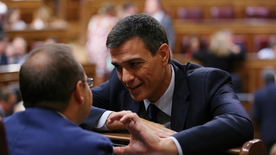 Pedro Sánchez habla con su número dos, César Luena, durante la sesión de constitución del Congreso