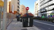 Uns quants contenidors damunt de la vorera obstaculitzen el pas dels vianants a València.
