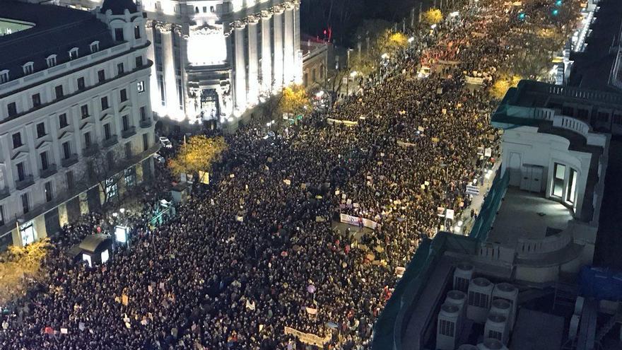 Aspecto de la manifestación feminista del 8M a su paso por la calle de Alcalá de Madrid
