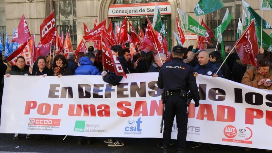 Concentración frente a un edificio de la Consejería de Sanidad de los sindicatos de la sanidad pública. / @MadridSindical
