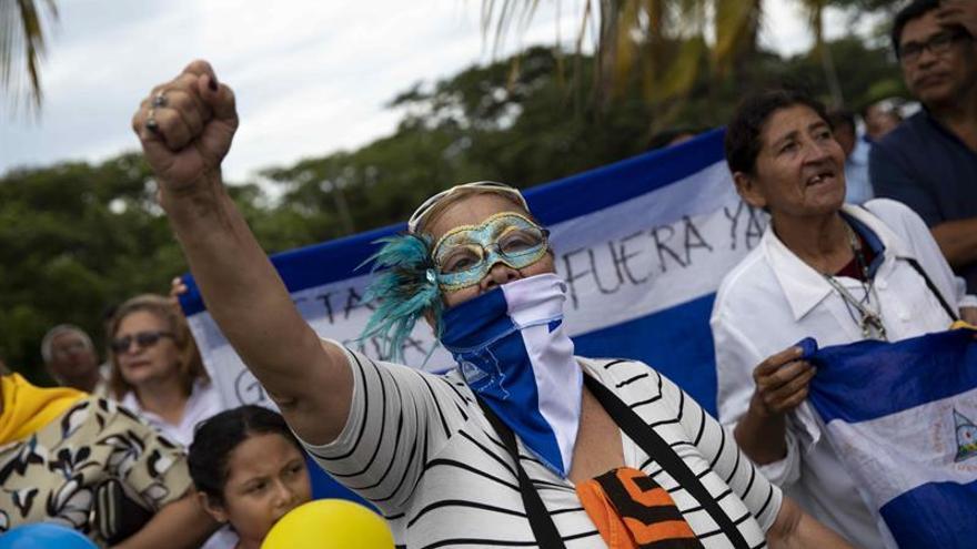 Una mujer participa en un homenaje a las personas que perdieron las vida en las manifestaciones del 28 de octubre de 2018, en la catedral de Managua (Nicaragua)