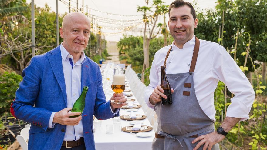 """El """"beer sommelier"""" Julio Cerezo y el chef David López en el espacio donde se celebró la noche Alhambra."""