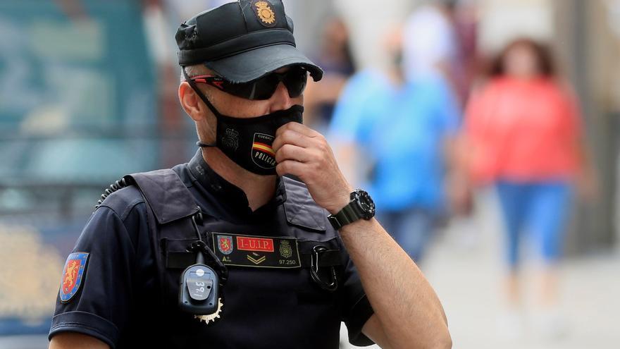 Un policía con mascarilla en Madrid.