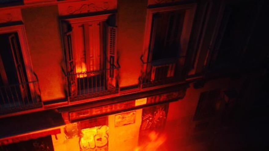 Contenedores ardiendo en la calle Churruca   A. ÁLVAREZ