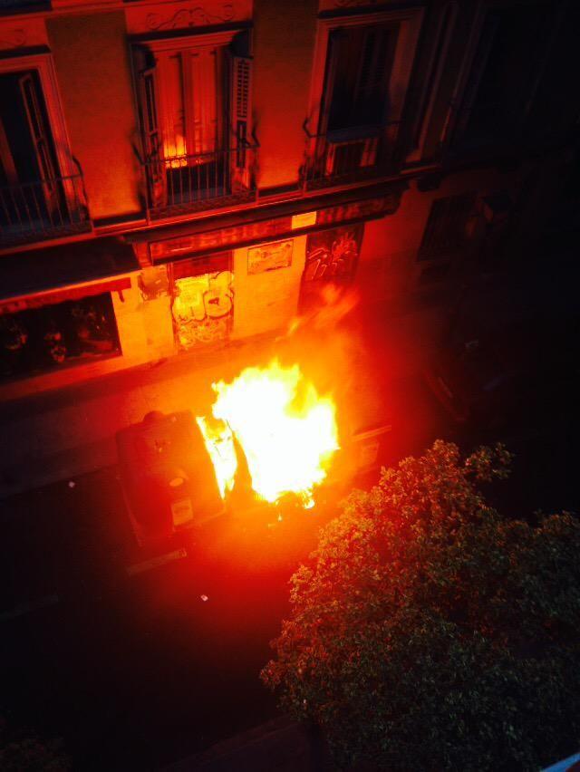 Contenedores ardiendo en la calle Churruca | A. ÁLVAREZ