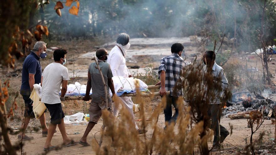 La India sufre un nuevo récord de muertes por la covid-19 con los contagios al alza