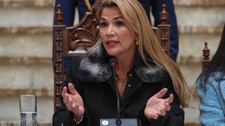 La presidenta interina de Bolivia, Jeanine Áñez, habla en conferencia de prensa este viernes en Palacio de Gobierno en La Paz.