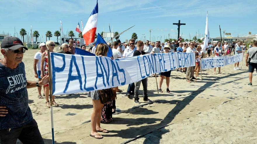 """Manifestación de hace unos días en la localidad francesa de Palavas, con los lemas """"Palavas contra el burkini"""" y """"Hartos de comportamientos incívicos""""."""