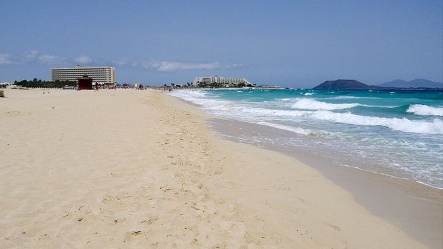 Club Hotel Riu Oliva Beach Resort y el RIU Palace Tres Islas, en las Dunas de Corralejo, Fuerteventura (WIKIMEDIA/ANDY MITCHELL)