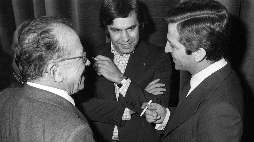 """Felipe González, Adolfo Suárez y Santiago Carrillo conversan durante la entrega de los premios Populares del diario """"Pueblo"""".  Madrid, 14-2-1978."""