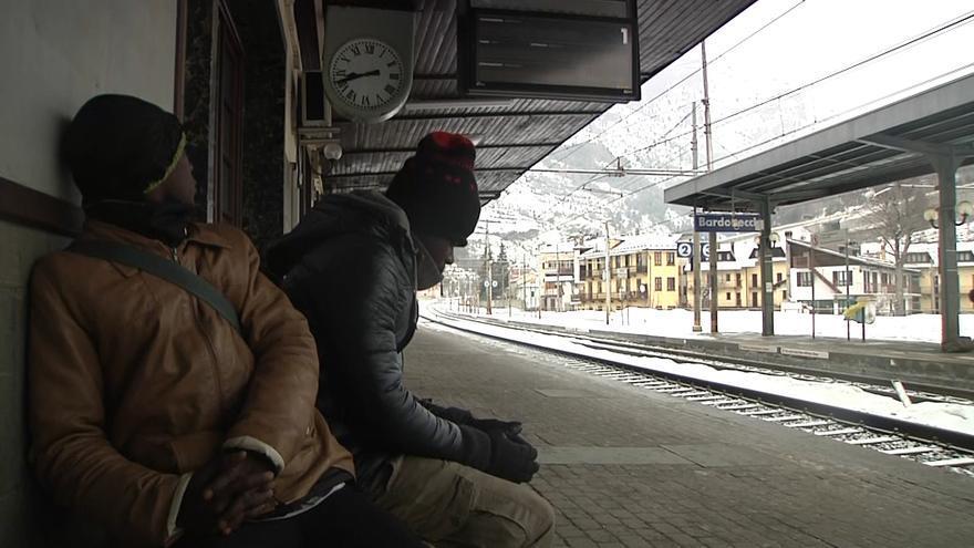 Varias personas de origen subsahariano esperan en una estación de tren cercana a la frontera con Francia.