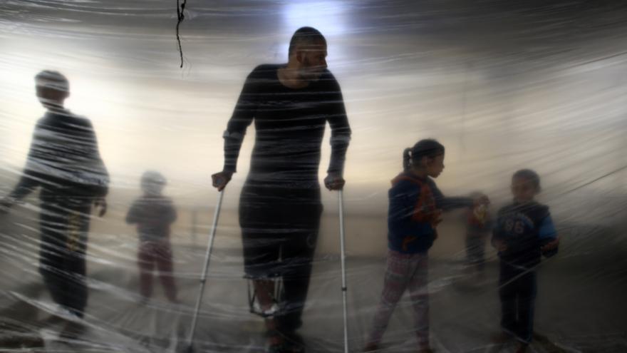 Las heridas que mermarán a una generación de palestinos. El 14 de mayo de 2018, el ejército israelí disparó a más de 1.300 palestinos, matando a 60 de ellos, durante las protestas semanales de la Gran Marcha del Retorno, que se realizaban en la valla que separa la Franja Gaza e Israel. Un año después de aquel baño de sangre, muchos de los heridos todavía lidian con las consecuencias devastadoras de sus heridas. Sus esperanzas de conseguir tratamiento adecuado se desvanecen, a la vez que los efectos de sus lesiones suponen un costo cada vez mayor para ellos y sus familias.
