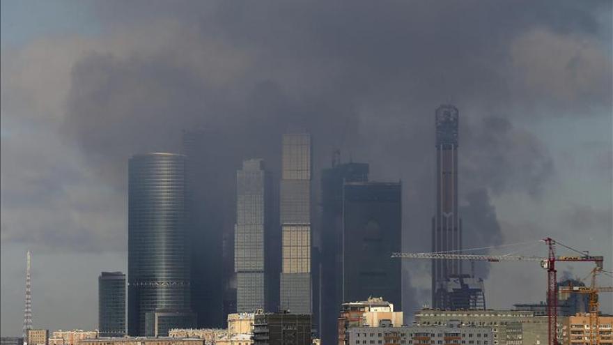 Arden dos plantas de un rascacielos en construcción en el centro de Moscú
